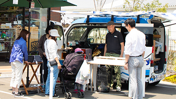 The first mobile workshop tour of Roland DG's custom vehicle COTOVAN around Kyushu