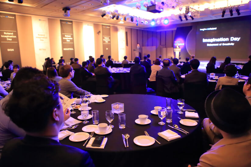 Guests listened carefully to presentations on the Roland DG brand vision and overseas success stories.