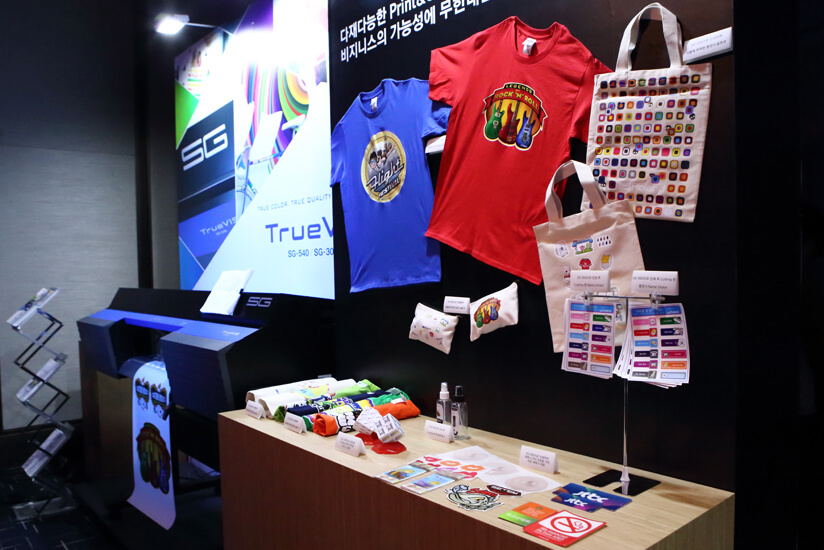 We exhibited a range of original promotional items like T-shirts decorated by inkjet printers.