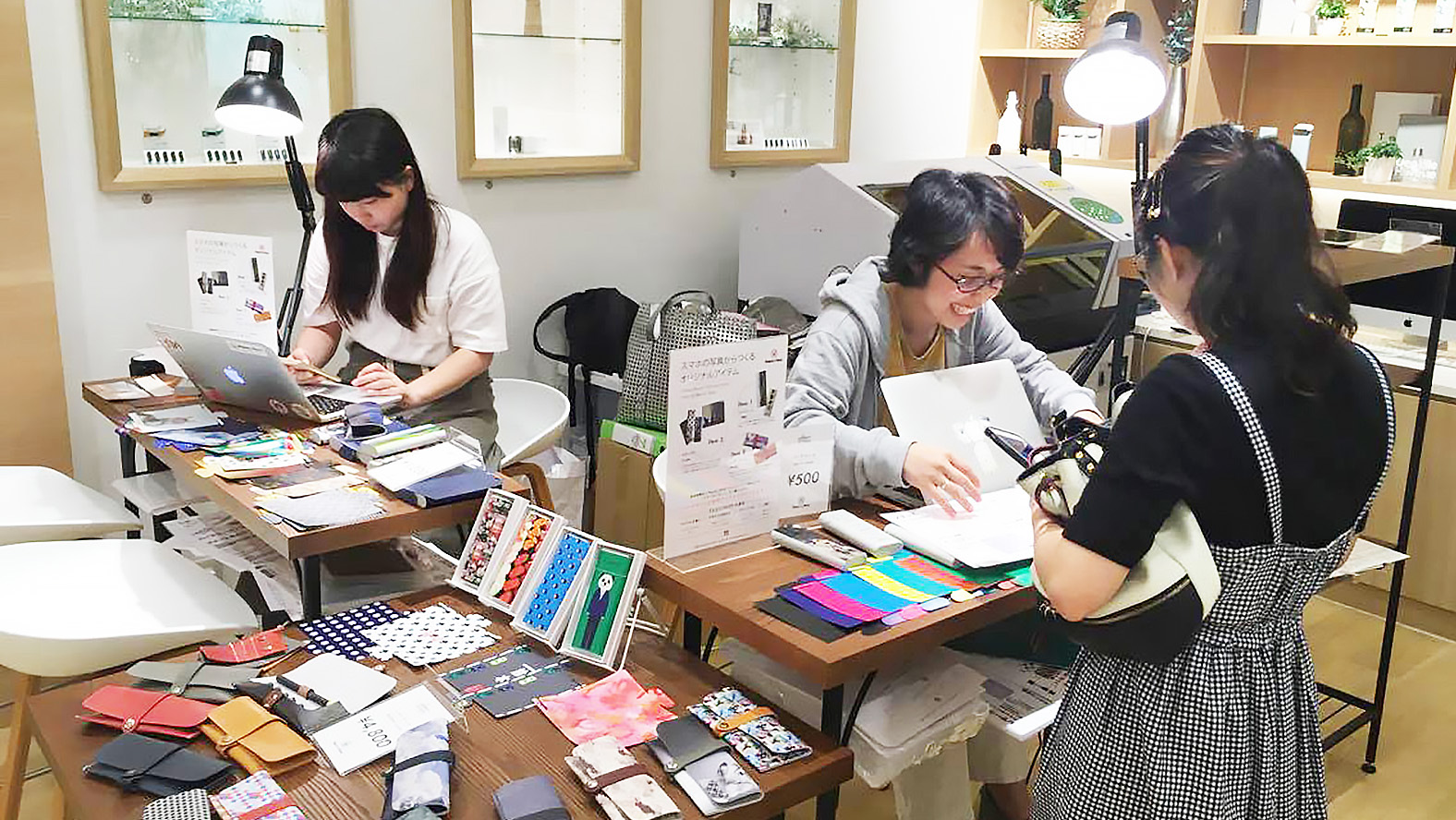 Customization event at Ploom Shop located in Canal City Hakata
