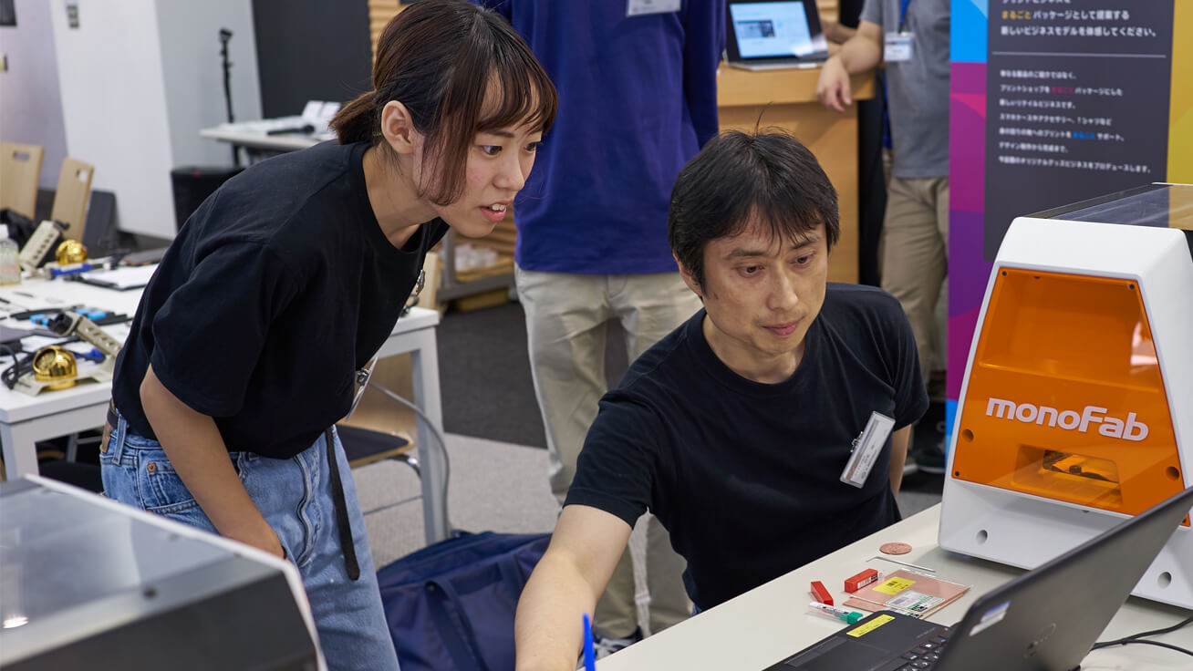 Student staff from Fab Lab Hiratsuka provided advice on how to use a 3D milling machine.