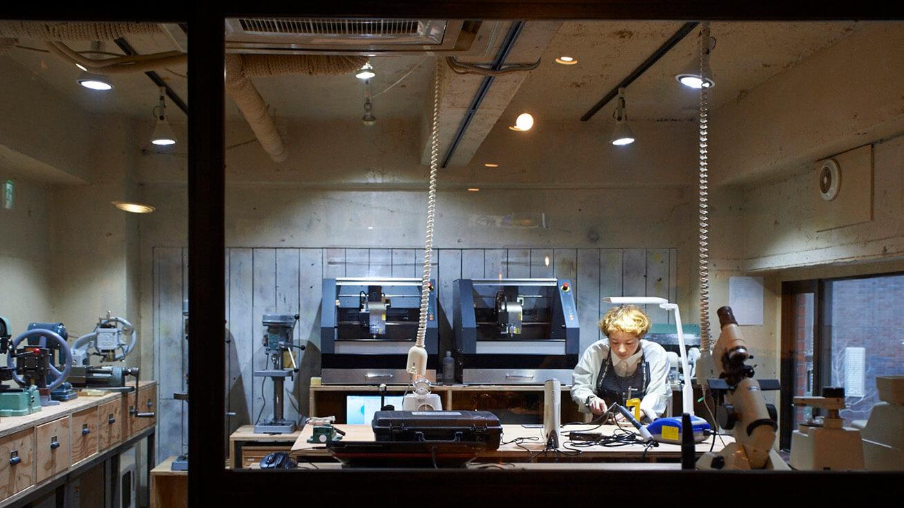 工匠Moe Kawatani在制造工作室加工框架