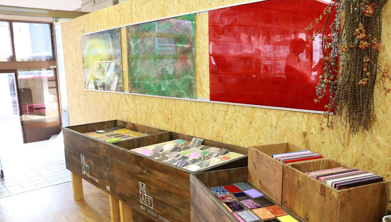 Customers can browse through and purchase some 700 types of acrylic sheets in various colors and sizes.