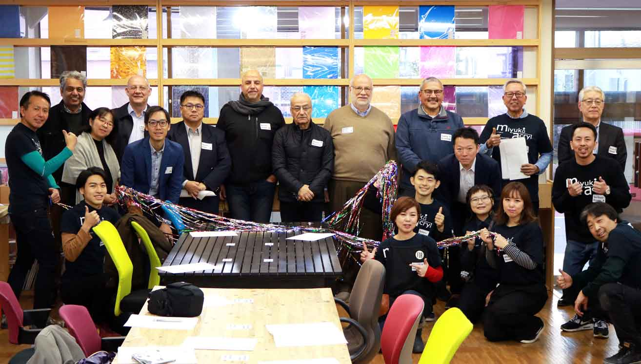 Miyuki Acryl staff welcomed our overseas sales partners in charge of Roland DG product sales in the Middle East, Africa and Taiwan regions.