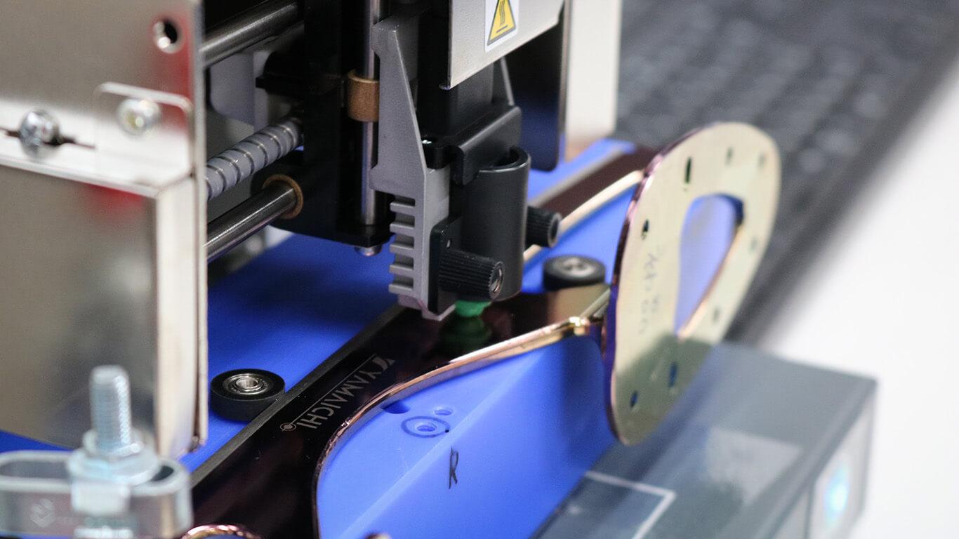 照片冲印打印机撞击刀片表面以印制徽标。