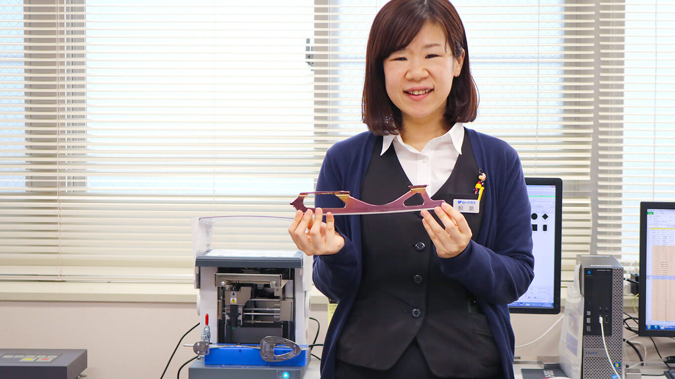 Ayano Sameshima in charge of the imprinting process at Yamaichi Special Steel