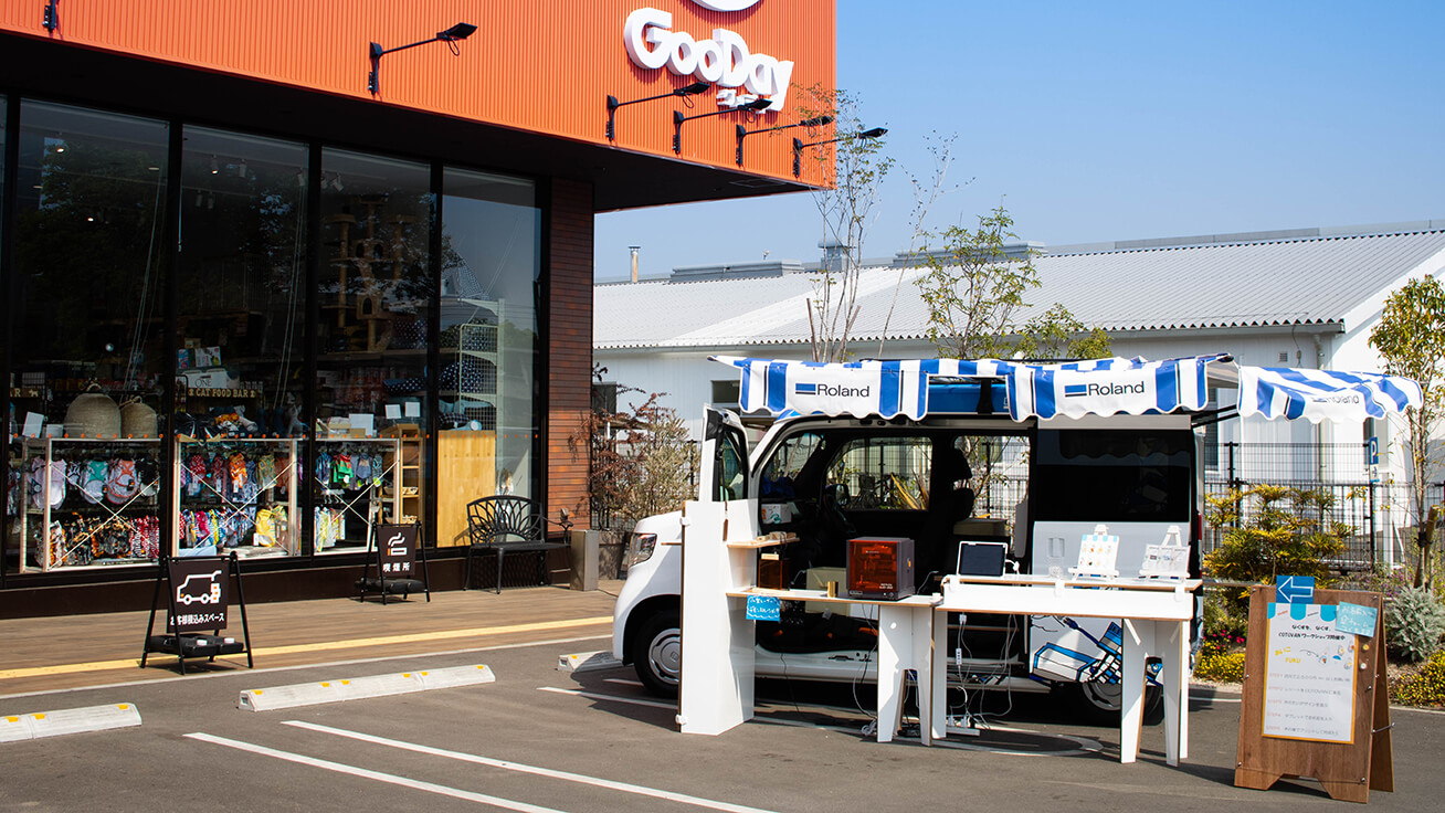 Equipped with a Roland DG UV printer and laser foil decorator, COTOVAN set up at various GooDay stores around the Kyushu area in southwest Japan.