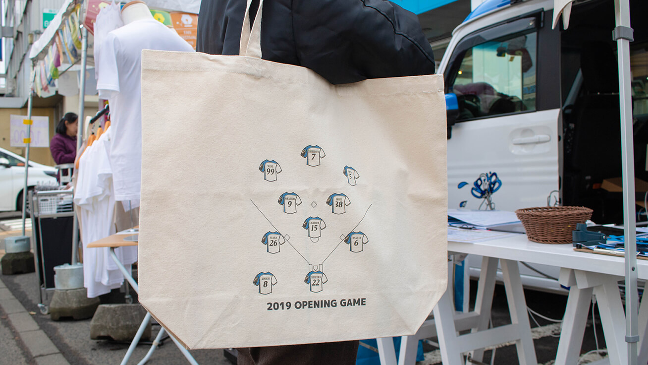 Tote bag printed with the 2019 opening game lineup players.