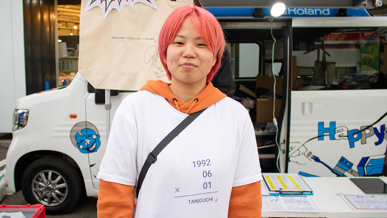 CLUBHOUSE staff Rina Hisaoka made a shirt printed with the birthday of her favorite player, Yuya Taniguchi.