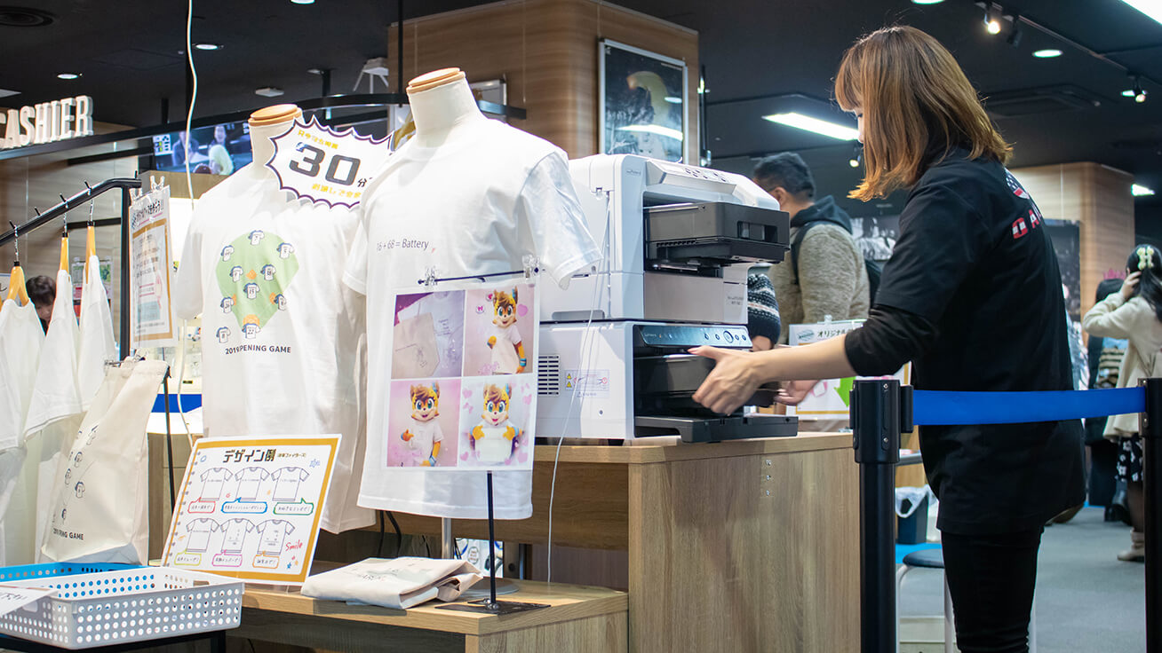 At ON-DECK located in front of Sapporo Station, store staff were able to easily use the direct-to-garment printer and software after some quick training.