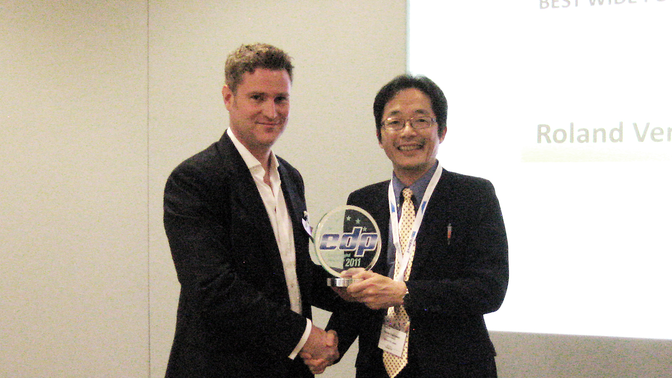 At the award ceremony: (from left to right) Chris Cooke, EDP association and Hajime Yoshizawa, executive officer of Roland DG Corporation.